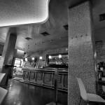 Vista del falso techo de sinuosas formas del Bar Moka